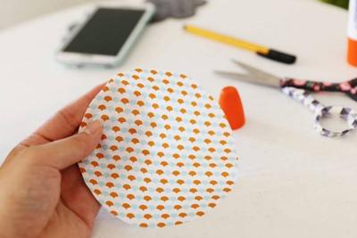 6. Lấy tấm vải còn lại cắt thành 2 hình tròn có kích thước bằng với đáy hộp rồi dán vào 2 đáy hộp