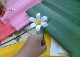 Tự làm hoa cúc bằng giấy nhún rất dễ thương