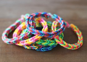 Tết vòng tay đầy sắc màu bằng dây chun
