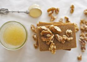Cách làm xà phòng handmade từ mật ong và quả óc chó